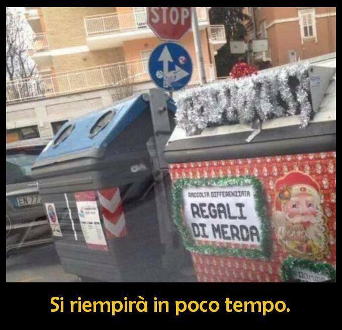 Barzellette.net Foto: Cassonetto per i regali di Natale non graditi