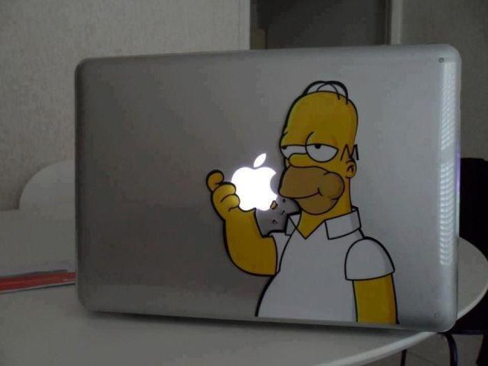Simpson che mangia la mela del pc apple