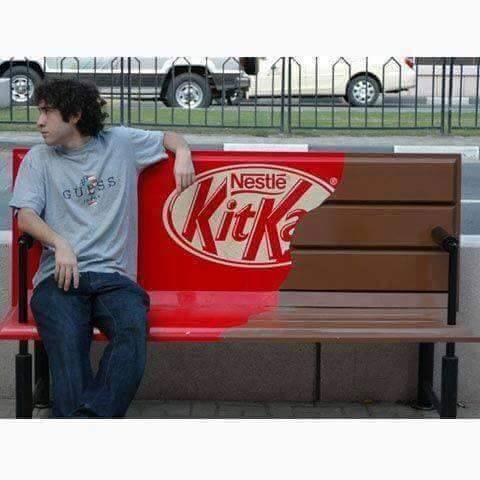 Foto Divertente: Panchina a forma di kit kat