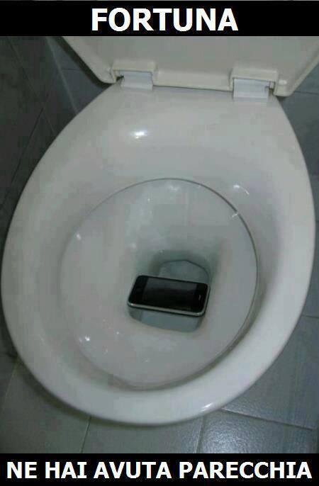 Foto cellulare incastrato nel wc for Wc immagini