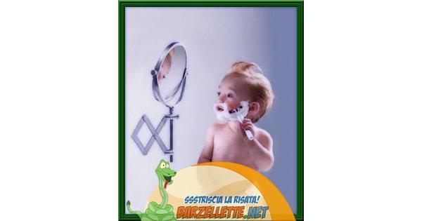 Foto bambino che si fa la barba davanti allo specchio - Bambini che si guardano allo specchio ...