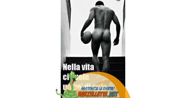 Foto uomo nudo che sale le scale for Sedia elettrica che sale le scale