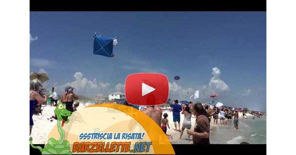 Barzellette.net Video: Aereo vola troppo basso e spazza via la spiaggi...