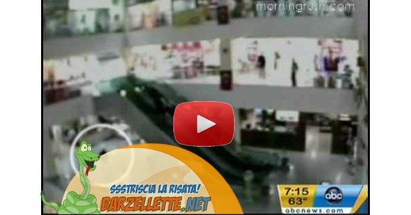 Barzellette.net video: bambino cade dalle scale mobili ma un angelo lo